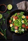 Επιλογές διατροφής Υγιής σαλάτα των φρέσκων λαχανικών - ντομάτες, αβοκάντο, arugula, αυγό, σπανάκι και quinoa Στοκ Εικόνες