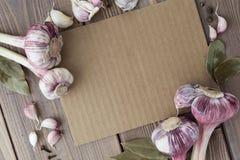 Επιλογές καταλόγων που περιβάλλονται από τα κόκκινα κεφάλια του σκόρδου Στοκ φωτογραφία με δικαίωμα ελεύθερης χρήσης