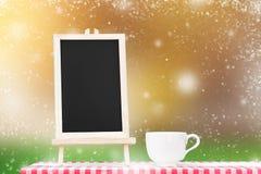 Επιλογές πινάκων με την επίδειξη φλυτζανιών καφέ tabletop υφάσματος με Στοκ φωτογραφίες με δικαίωμα ελεύθερης χρήσης
