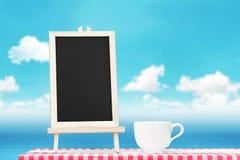 Επιλογές πινάκων με την επίδειξη φλυτζανιών καφέ tabletop υφάσματος με Στοκ Φωτογραφία
