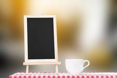 Επιλογές πινάκων με την επίδειξη φλυτζανιών καφέ tabletop υφάσματος Στοκ φωτογραφίες με δικαίωμα ελεύθερης χρήσης