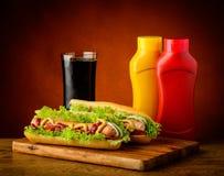 Επιλογές χοτ ντογκ με το ποτό κόλας Στοκ εικόνες με δικαίωμα ελεύθερης χρήσης
