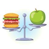 Επιλογή και διατροφή διατροφής Το γρήγορο φαγητό είναι σε μια πλευρά της κλίμακας, σε άλλη ένα πράσινο μήλο Στοκ Φωτογραφία