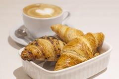 Επιλογή και Cappuccino Croissant στοκ εικόνες