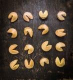 Επιλογή μπισκότων τύχης που τοποθετούνται σε μια σειρά στο σκοτεινό αγροτικό υπόβαθρο Στοκ εικόνα με δικαίωμα ελεύθερης χρήσης