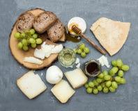 Επιλογή ορεκτικών τυριών ή σύνολο πρόχειρων φαγητών κρασιού Ποικιλία του ιταλικού τυριού, των πράσινων σταφυλιών, των φετών ψωμιο Στοκ φωτογραφία με δικαίωμα ελεύθερης χρήσης