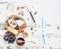 Επιλογή ορεκτικών τυριών ή σύνολο πρόχειρων φαγητών κρασιού Στοκ εικόνες με δικαίωμα ελεύθερης χρήσης