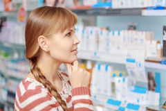 Επιλογή πελατών στο φαρμακείο στοκ εικόνες