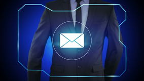 Επιλογή του εικονιδίου ηλεκτρονικού ταχυδρομείου στην εικονική διεπαφή Τεχνολογία και έννοια Διαδικτύου ελεύθερη απεικόνιση δικαιώματος