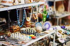 Επιλογή του bijouterie στη μαροκινή αγορά Στοκ φωτογραφία με δικαίωμα ελεύθερης χρήσης