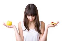 Επιλογή τροφίμων για την κάνοντας δίαιτα γυναίκα Στοκ Εικόνες