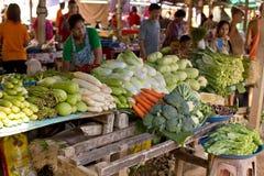 Επιλογή των λαχανικών στην αγορά στοκ φωτογραφίες
