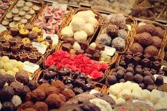 Επιλογή των εύγευστων γλυκών σε Mercat Sant Josep de Λα Boqueria - τη Βαρκελώνη, Ισπανία Στοκ φωτογραφία με δικαίωμα ελεύθερης χρήσης