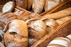 Επιλογή των σπιτικών ψωμιών διάφορων δημητριακών στην επίδειξη Στοκ Εικόνα
