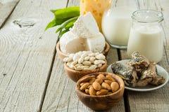 Επιλογή των τροφίμων που είναι πλούσια σε ασβέστιο στοκ φωτογραφίες με δικαίωμα ελεύθερης χρήσης