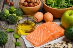 Επιλογή των υγιών προϊόντων Ισορροπημένη έννοια διατροφής Στοκ Φωτογραφίες