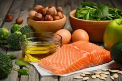 Επιλογή των υγιών προϊόντων Ισορροπημένη έννοια διατροφής Στοκ Εικόνες