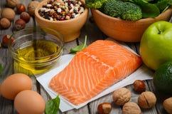 Επιλογή των υγιών προϊόντων Ισορροπημένη έννοια διατροφής Στοκ φωτογραφίες με δικαίωμα ελεύθερης χρήσης