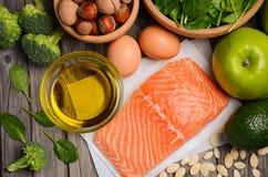 Επιλογή των υγιών προϊόντων Ισορροπημένη έννοια διατροφής Στοκ Φωτογραφία