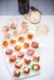 Επιλογή των tapas antipasti που εξυπηρετείται με το κρασί Στοκ Εικόνες