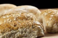 Επιλογή των wholegrain σπαρμένων ρόλων ψωμιού breadboard στοκ φωτογραφία με δικαίωμα ελεύθερης χρήσης