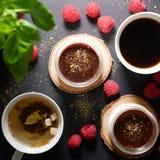 Επιδόρπια BChocolate Να βρεθεί δίπλα στα σμέουρα Στοκ Εικόνα