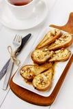 Επιδόρπιο από τα ψημένα αχλάδια με το μέλι και τα καρύδια με το τσάι Στοκ φωτογραφία με δικαίωμα ελεύθερης χρήσης
