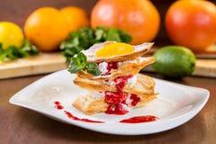 Επιδόρπιο από τη λεπιοειδή ζύμη με την κτυπημένη σάλτσα κρέμας και φραουλών Στοκ εικόνα με δικαίωμα ελεύθερης χρήσης