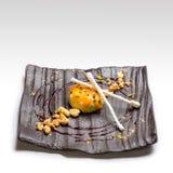 Επιδόρπιο Κέικ με τη σάλτσα σμέουρων Στοκ φωτογραφία με δικαίωμα ελεύθερης χρήσης