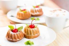 Επιδόρπιο κέικ με το φλυτζάνι καφέ cappuccino Στοκ φωτογραφία με δικαίωμα ελεύθερης χρήσης
