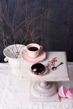 Επιδόρπιο και καφές σοκολάτας στο ρόδινο φλυτζάνι στον εκλεκτής ποιότητας πίνακα Στοκ Εικόνες
