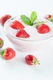 Επιδόρπιο με τα strawberrys και τη μέντα Στοκ Εικόνα