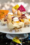 Επιδόρπιο με την πουτίγκα, τα μπισκότα και τα φρούτα σε ένα γυαλί Στοκ εικόνες με δικαίωμα ελεύθερης χρήσης