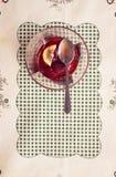 Επιδόρπιο με τις δασόβιες φράουλες Εκλεκτής ποιότητας/αναδρομικό ύφος Στοκ Φωτογραφία