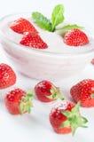 Επιδόρπιο με το γιαούρτι και strawberrys Στοκ φωτογραφίες με δικαίωμα ελεύθερης χρήσης
