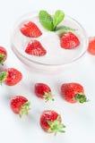 Επιδόρπιο με το γιαούρτι, μέντα και strawberrys Στοκ φωτογραφία με δικαίωμα ελεύθερης χρήσης
