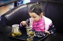 Επιδόρπιο μικρών κοριτσιών Στοκ φωτογραφία με δικαίωμα ελεύθερης χρήσης