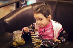 Επιδόρπιο μικρών κοριτσιών Στοκ Φωτογραφίες