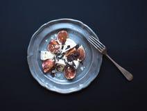 Επιδόρπιο που αποτελείται από τα φρέσκα σύκα και brie το τυρί με το μέλι, alm Στοκ Εικόνες
