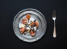 Επιδόρπιο που αποτελείται από τα φρέσκα σύκα και brie το τυρί με το μέλι, alm Στοκ εικόνες με δικαίωμα ελεύθερης χρήσης