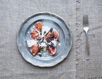 Επιδόρπιο που αποτελείται από τα φρέσκα σύκα και brie το τυρί με το μέλι, alm Στοκ εικόνα με δικαίωμα ελεύθερης χρήσης