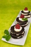 Επιδόρπιο σοκολάτας με τα μούρα Στοκ φωτογραφία με δικαίωμα ελεύθερης χρήσης