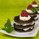 Επιδόρπιο σοκολάτας με την κτυπημένη κρέμα Στοκ Εικόνες