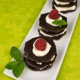 Επιδόρπιο σοκολάτας με την κτυπημένη κρέμα Στοκ φωτογραφία με δικαίωμα ελεύθερης χρήσης