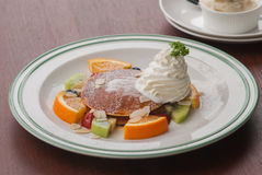 Επιδόρπιο: Τηγανίτες με τα τροπικά φρούτα Στοκ εικόνες με δικαίωμα ελεύθερης χρήσης