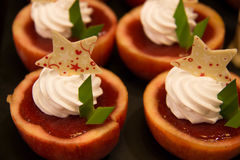 Επιδόρπιο της Apple με τη φρέσκια πλήρωση φραουλών κρέμας Στοκ Εικόνες