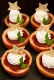 Επιδόρπιο της Apple με τη φρέσκια πλήρωση φραουλών κρέμας Στοκ φωτογραφία με δικαίωμα ελεύθερης χρήσης