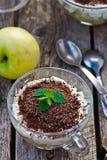 Επιδόρπιο της Apple του tiramisu με τη σοκολάτα Στοκ εικόνα με δικαίωμα ελεύθερης χρήσης