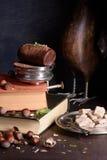 Επιδόρπιο τρουφών σοκολάτας, ζύμη φουντουκιών με τη σκόνη κακάου, μέντα και καφετιά ζάχαρη Αγροτικός ξύλινος πίνακας Στοκ Εικόνα