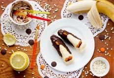 Επιδόρπιο φρούτων για τα παιδιά από τις μπανάνες, τη σοκολάτα και dragee SH Στοκ εικόνες με δικαίωμα ελεύθερης χρήσης